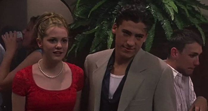 still frame of Andrew Keegan and Larisa Oleynik from movie 10 Things I Hate About You https://www.imdb.com/title/tt0147800/mediaviewer/rm2609944577/